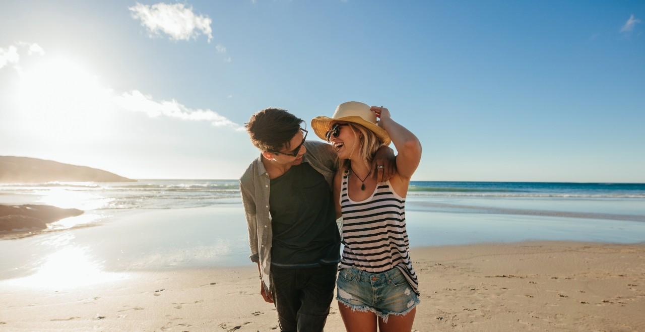 Playa con sombrillas